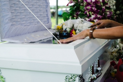 How to Follow Proper Funeral Etiquette